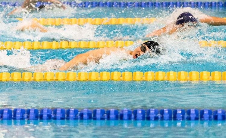 奥运小知识:游泳运动员为什么要戴耳机?